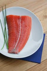 trancio di salmone fresco su piatto