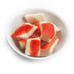 ciotola di surimi di granchio_ sfondo bianco