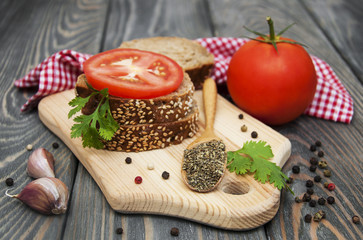 Rye bread with tomato