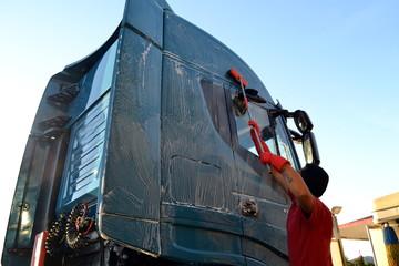 Lavaggio camion con spazzolone