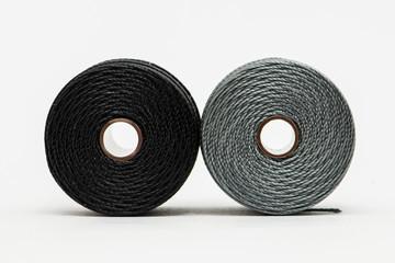 Rocchetto di filo grigio e nero