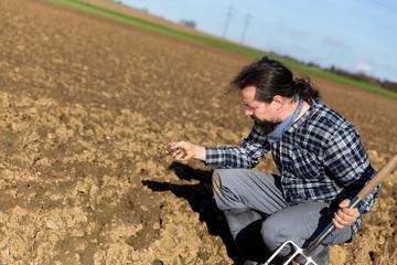 Portrait eines Landwirts auf dem Acker