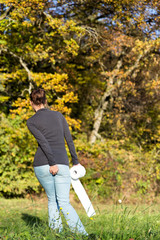 Junge Frau mit Toilettenpapier auf Wiese