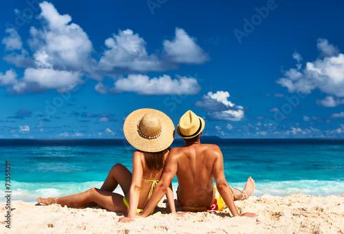Leinwanddruck Bild Couple on a beach at Seychelles