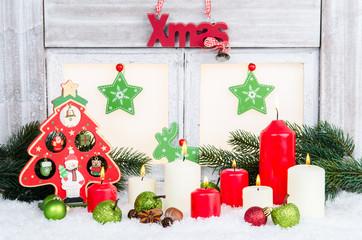 weihnachtsfenster mit kerzen und tanne dekoriert