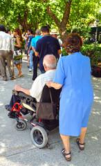 Discapacitado en silla de ruedas con mujer