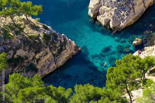 Baignade dans la calanque de Sugiton, Marseille - 73363053