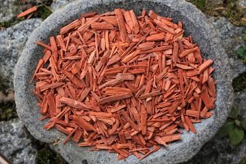 Rotes Sandelholz Chips in Steinschale grau rund