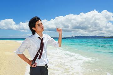 美しい海で寛ぐ男性
