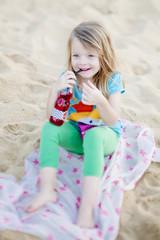 mädchen am strand trinkt limonade