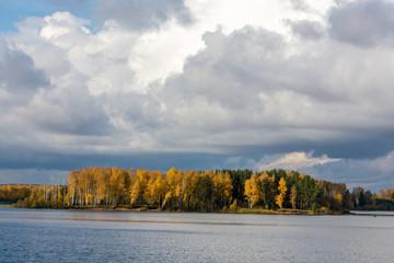 Осенний лес на берегу реки.