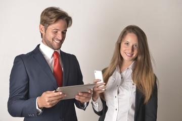 Paar spielt am handy und tablet