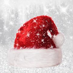 Weihnachtsmütze mit Schnee