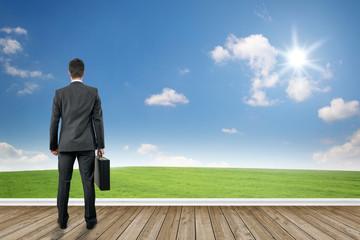 Mann schaut auf eine Landschaft