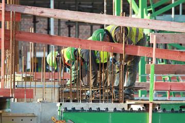 Arbeiter auf Bewehrung