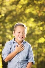 Freudestrahlender Junge beim spielen im Park