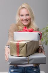 Frau überreicht Geschenken