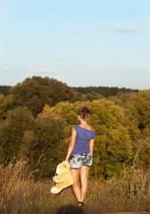 Девушка с медведем на поле