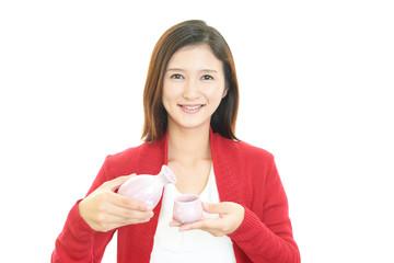 お酒を飲む笑顔の女性