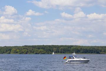 Motorboot und Deutschlandfahne