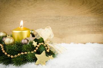 goldenes weihnachtsarrangement mit werbefläche
