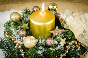 weihnachtsgesteck mit schleife in gold