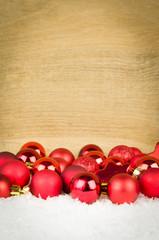 rote weihnachtskugeln mit freiraum