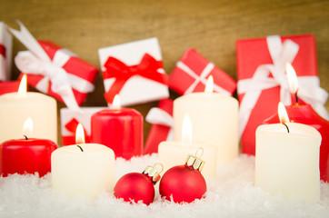 kleine weihnachtspakete mit kerzen
