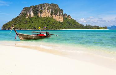 long tail boat sur plage de Tup Islands, Thaïlande