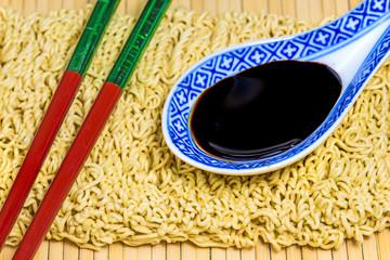 chinesische Nudeln mit Sojasauce