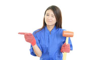 困惑した表情の女性作業員