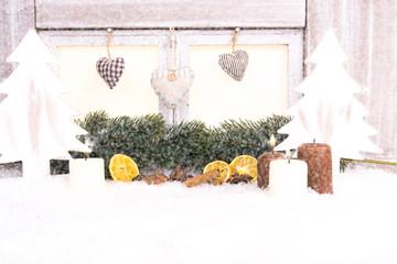 schneefenster mit kerzen