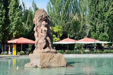 Пруд со скульптурой в парке в центре Еревана