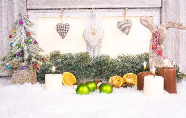 holzfenster mit weihnachtsdekoration