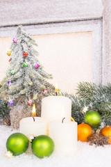 geschmückter christbaum mit kerzen und kugeln