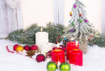 weihnachtsschmuck mit kerzen und tannenbaum