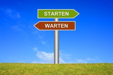 Schild Wegweiser: Starten / Warten
