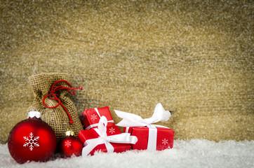 weihnachtspäckchen mit christbaumkugeln