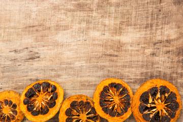 Weihnachtliche Dekoration vor Holz mit Orangen