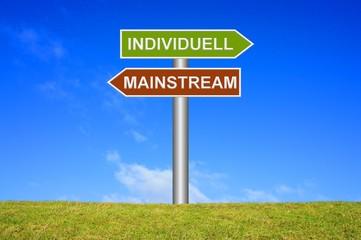 Schild Wegweiser: Individuell / Mainstream