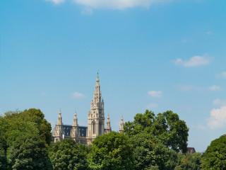 Blick auf den Hauptturm des Wiener Rathauses mit Bäumen davor