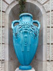 Jugendstil Keramik Vase im Wiener Stadtpark, frontal