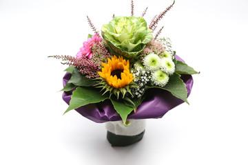 Blumenstrauß mit Filzbanderole im Lila Papier