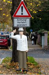 Polizist Figur mit Verkehrszeichen