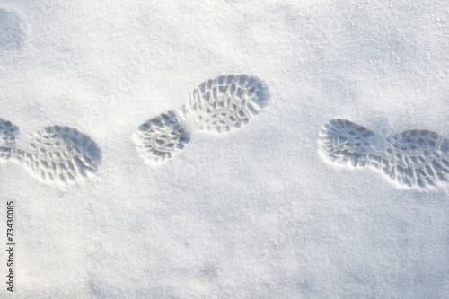 Shoeprints in fresh snow - 73430085