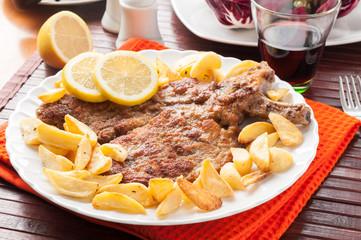 Cotoletta alla milanese o orecchia d'elefante con patatine