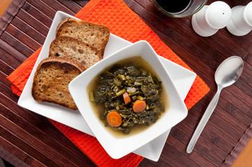 Zuppa con cavolo nero servita nel piatto