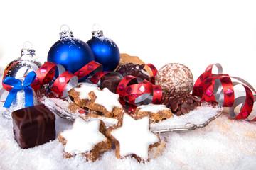 Weihnachtsgebäck auf Silberteller