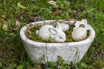 Osternest auf dem Rasen