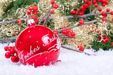 Weihnachtskugel mit Beeren